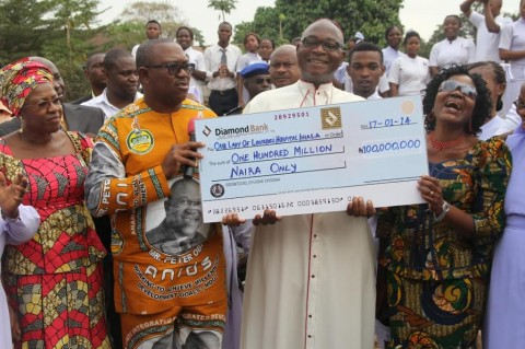 Obi-Present-Cheque-to-Bishop-1024x682