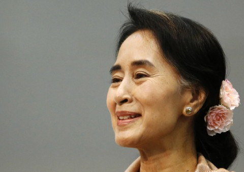 Myanmar's pro-democracy leader Aung San Suu Kyi smiles during a meeting with a group of Myanmar citizens residing in Japan, in Tokyo April 13, 2013. Suu Kyi is in Japan for a seven-day visit. REUTERS/Issei Kato (JAPAN - Tags: POLITICS HEADSHOT) - RTXYJX8