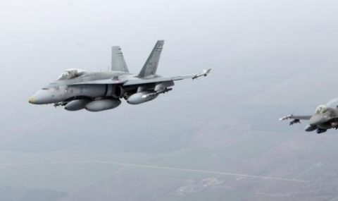 Canadian Air Force fighter CF-18 Hornet (L) and Portuguese Air Force fighter F-16 patrol over Baltics air space, from the Zokniai air base near Siauliai November 20, 2014. REUTERS/Ints Kalnins