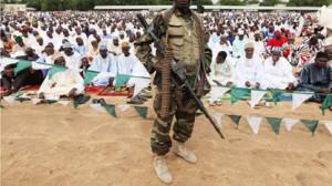 Nigerian soldier guards Muslims praying during Eid al-Fitr